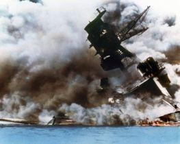 1941年12月7日(日本時間8日)、ハワイの真珠湾で日本軍の攻撃を受け炎上、沈没する米戦艦アリゾナ(ゲッティ=共同)