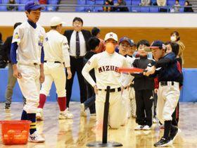 県高野連が初めて開いたイベントで高校球児と一緒に野球の楽しさを体験する児童たち