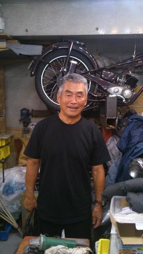 外国製のビンテージバイクが並ぶ水野さんの自宅ガレージ。監督時代はここで選手の防具を修理していた=27日、京都府左京区
