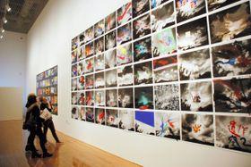 生と死をテーマにした荒木経惟さんの写真展=丸亀市浜町、市猪熊弦一郎現代美術館