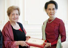 ミャンマーの首都ネピドーで、独立調査委員会の議長(左)から最終報告書を受け取るアウン・サン・スー・チー国家顧問兼外相=20日(ミャンマー政府提供・共同)