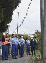 台風15号による電柱の被害について説明を受ける赤羽国交相(手前左から2人目)=14日午後、千葉県館山市