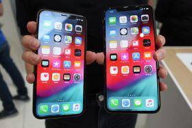 米アップルのスマートフォン「iPhone」の新型「Xs(テンエス)マックス」(右)と「Xs」=12日、米カリフォルニア州クパチーノ(共同)
