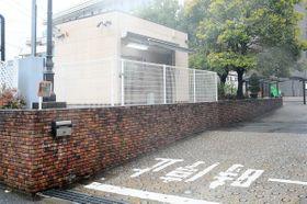 男3人が押し入り、現金約1200万円が奪われた景品交換所 =4月10日、横浜市港南区日野南3丁目