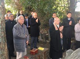 今川義元公を供養する参加者=愛知県豊川市の大聖寺