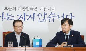 17日、ソウルの韓国国会で会談するチョ国法相(右)と与党「共に民主党」の李海チャン代表(聯合=共同)