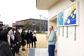 下条川河川敷公園に集まった小杉高校生らと展示された鏝絵