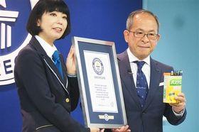 ギネス世界記録の認定証を受け取るバスクリンの古賀和則社長(右)=26日午前、都内
