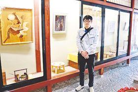 とやま木象嵌工芸会の常設展示場に立つ永森さん