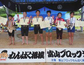 男女各学年の優勝者=黒部市宮野運動公園相撲場で