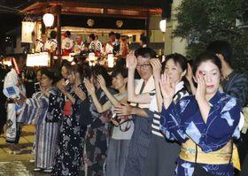 「郡上おどり」のクライマックス「徹夜おどり」が始まり、浴衣姿で踊る人たち=13日夜、岐阜県郡上市