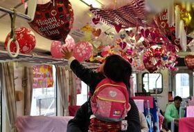 バレンタインの雰囲気を演出した昨年の臨時列車の車内(いずれも智頭急行提供)