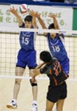 東レ―きんでん 第1セット、ブロックを狙う東レ・李(15)ら=東京体育館