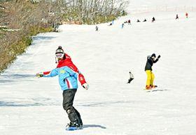 スノーボードを楽しむ来場者