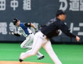 一回無死、安打で出塁した西川は二盗に成功。プロ通算250盗塁を達成した(撮影・松本奈央)