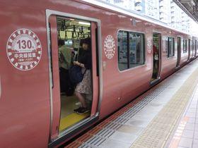 かつてJR中央線を走っていた201系車両をモチーフにしたラッピングトレイン=東京都三鷹市の三鷹駅