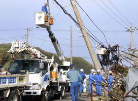 停電の復旧作業を行う作業員ら=15日午後、千葉県南房総市白浜地区
