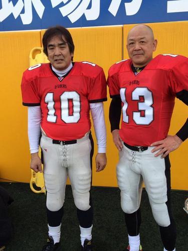 第1回シニアボウルでチームをけん引したU―59ersのQB鈴木(左)と松岡=12日、川崎球場