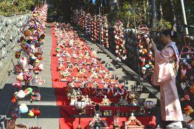 「雛のつるし飾りまつり」のプレイベントとして展示した118段のひな壇飾り=東伊豆町の素盞鳴神社