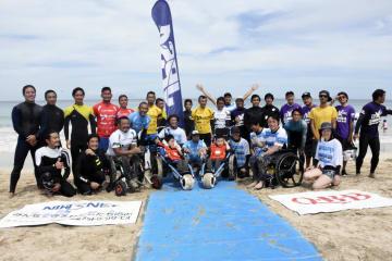 障害者も楽しめるサーフィンイベントに参加した人たち