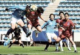 静岡産大磐田-ASハリマ 前半、CKからヘディングでシュートを狙った静岡産大磐田の平野麻(左)だが、相手に阻止される=ヤマハスタジアム