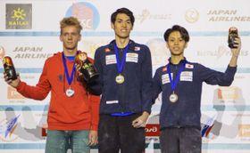 スポーツクライミングの世界ユース選手権男子リードのジュニアを制した楢崎明智(中央)。右は3位の原田海=モスクワ(日本山岳・スポーツクライミング協会提供・共同)