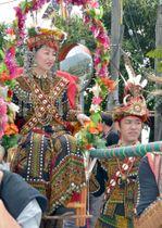 先住民パイワン族の伝統的な様式による結婚式を挙げた吉田俊明さん(右)と上野なつみさん=17日、台湾・屏東県(共同)