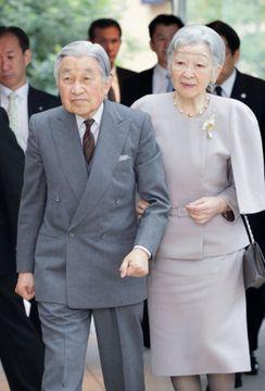 退位日が閣議決定された8日、公務のため障害者の作業所に到着された天皇、皇后両陛下=東京都新宿区(代表撮影)