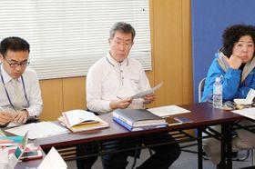 地元で開かれる防災イベントの事前打ち合わせに加わる木山さん(中央)=10日、倉敷市真備町川辺