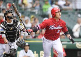 1回広島1死一塁、丸が右越えに先制2ランを放つ。捕手梅野=甲子園