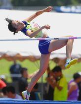 女子走り高跳び 1メートル74の自己新で優勝した大滝佐和(浜松西高)=草薙陸上競技場