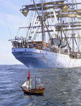 航海中のおもちゃの海賊船「アドベンチャー号」(手前)(マクニール?ファーガソン氏提供、共同)