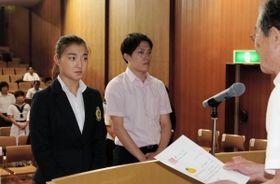 「未来のスーパーアスリート」を代表して指定証を受け取る坂本花織(左)と坂根翔大=神戸市中央区、兵庫県民会館