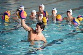 飯田選手(手前)は青森市内で行われた水球教室に参加。精度の高いシュートの仕方などを小中高生に教えた