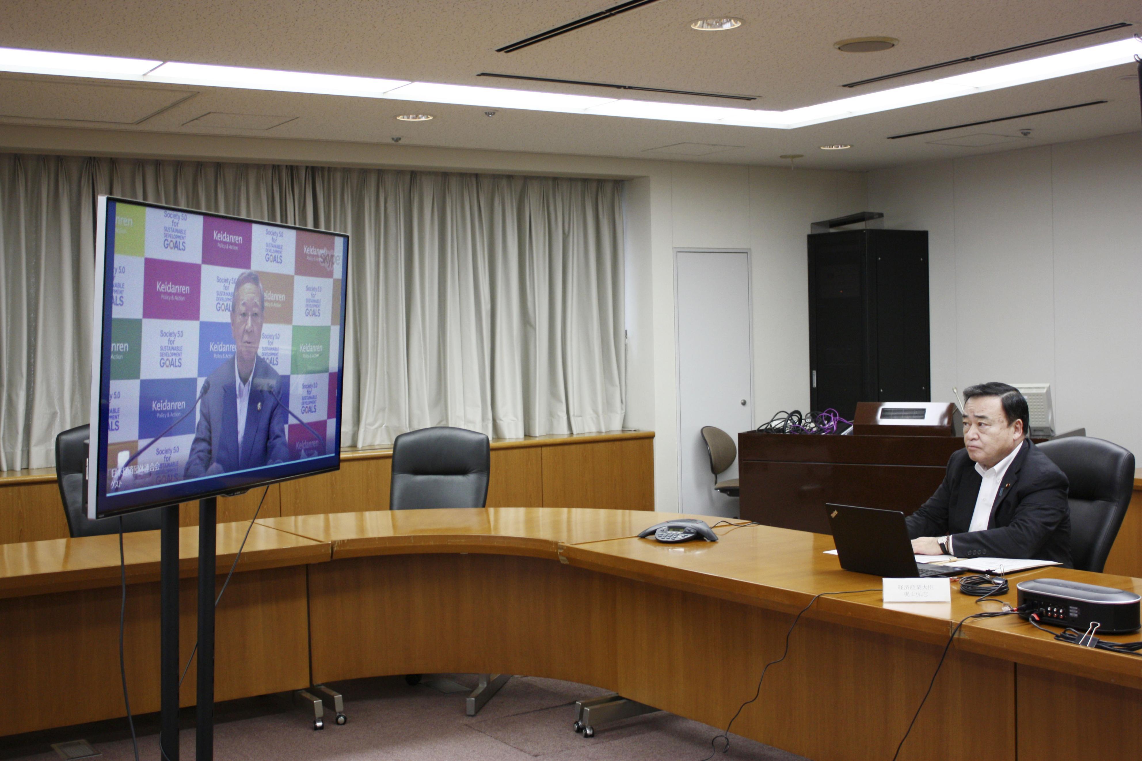 新型コロナの感染防止などについてテレビ会議で会談する梶山経産相=1日午後、経産省