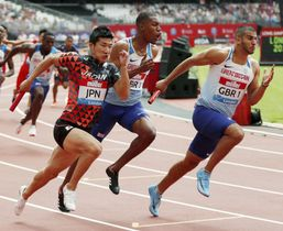 男子400メートルリレー 力走する3走の桐生(左)=ロンドン(ロイター=共同)