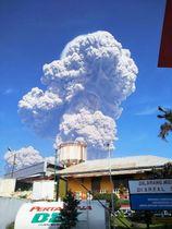 19日、噴火したインドネシア・スマトラ島北部のシナブン山(国家災害対策庁提供・共同)