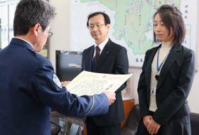 亀岡署長から感謝状を受け取る曽田さん(中央)と城代さん=亀岡市安町・亀岡署