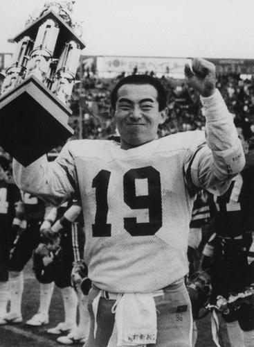 2年連続で甲子園ボウルのミルズ杯を受賞し、京大の連覇に貢献したQB東海辰弥=87年、甲子園球場