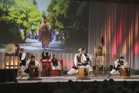 第3回「山の日」記念全国大会の式典で披露された伝統芸能の僧兵太鼓=11日、鳥取県大山町