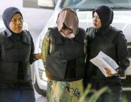 16日、法廷に到着したドアン・ティ・フオン被告(中央)=クアラルンプール近郊(共同)