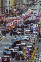 ニューヨークの爆弾テロで現場に集結した警察=11日(AP=共同)