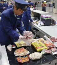 関西空港で没収された肉製品など=22日午後
