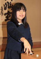 記者会見を終え、ポーズをとる上野梨紗さん=15日午後、東京都千代田区の日本棋院