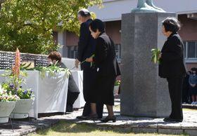 上海列車事故の慰霊式で、献花する遺族ら=24日午前、高知市