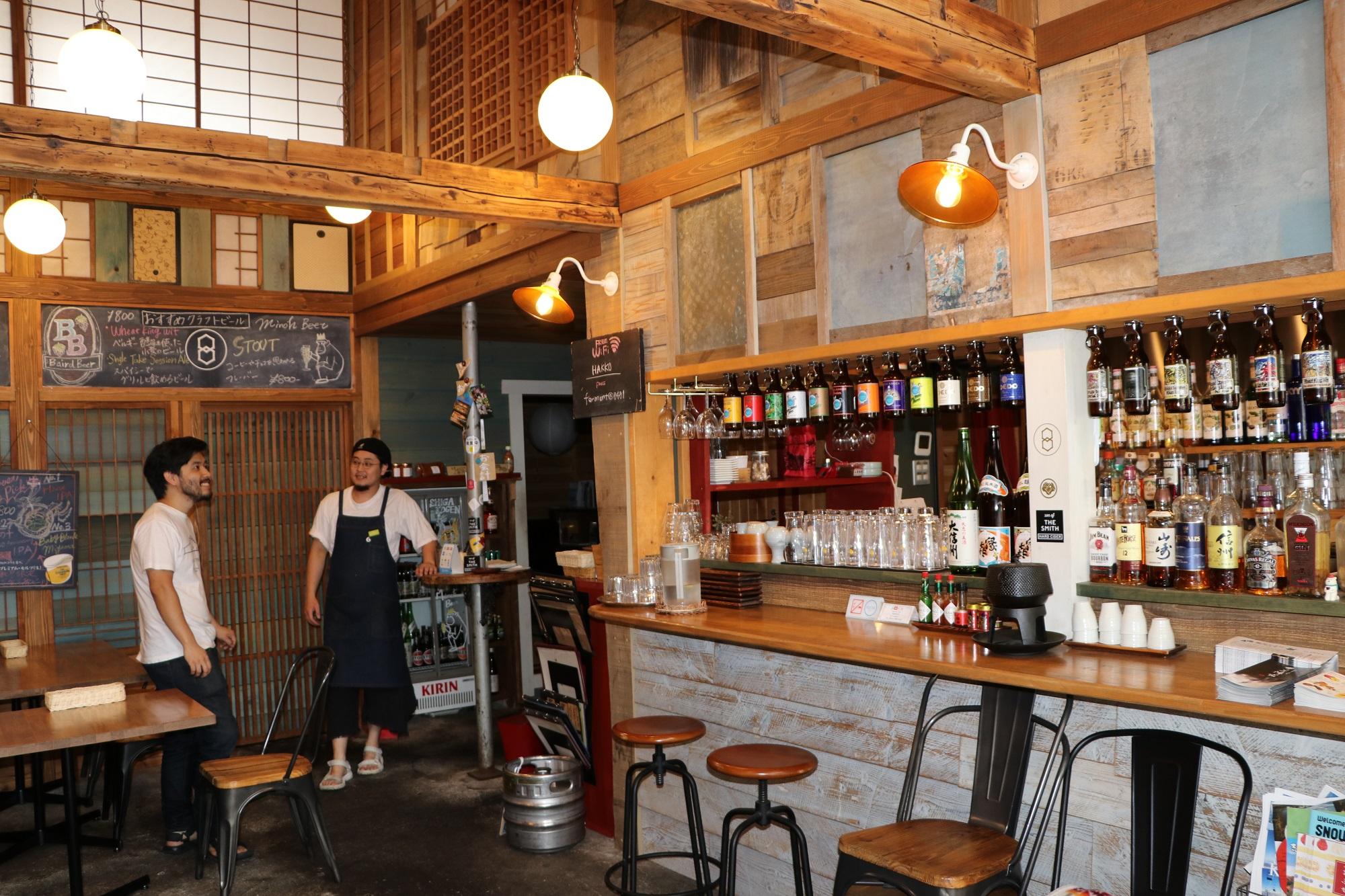 精肉店を改装したビアレストラン。木のぬくもりを感じる落ち着いた雰囲気だ=2018年7月、長野県山ノ内町