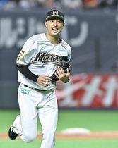 緊急登板の村田は、走者を出しても緩急を使った投球でしのぎ、3点リードを死守