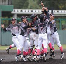 静岡産大―日大国際2季ぶりの優勝を決め、マウンドに集まる日大国際の選手=清水庵原球場
