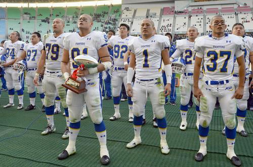 立命大と引き分けて関西学生リーグで単独優勝し、校歌を歌う関学大の選手たち=24日、長居陸上競技場