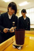 全国大会で表彰された歩行型ロボットを操作する湊さん(左)と正木さん